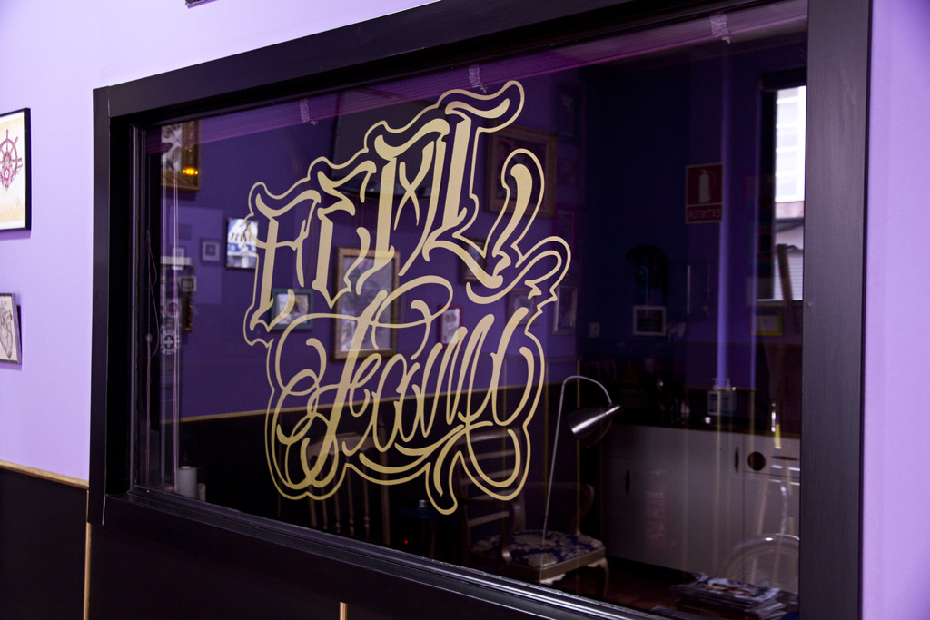 Vinilo logo de Real Fami Tattoo Studio