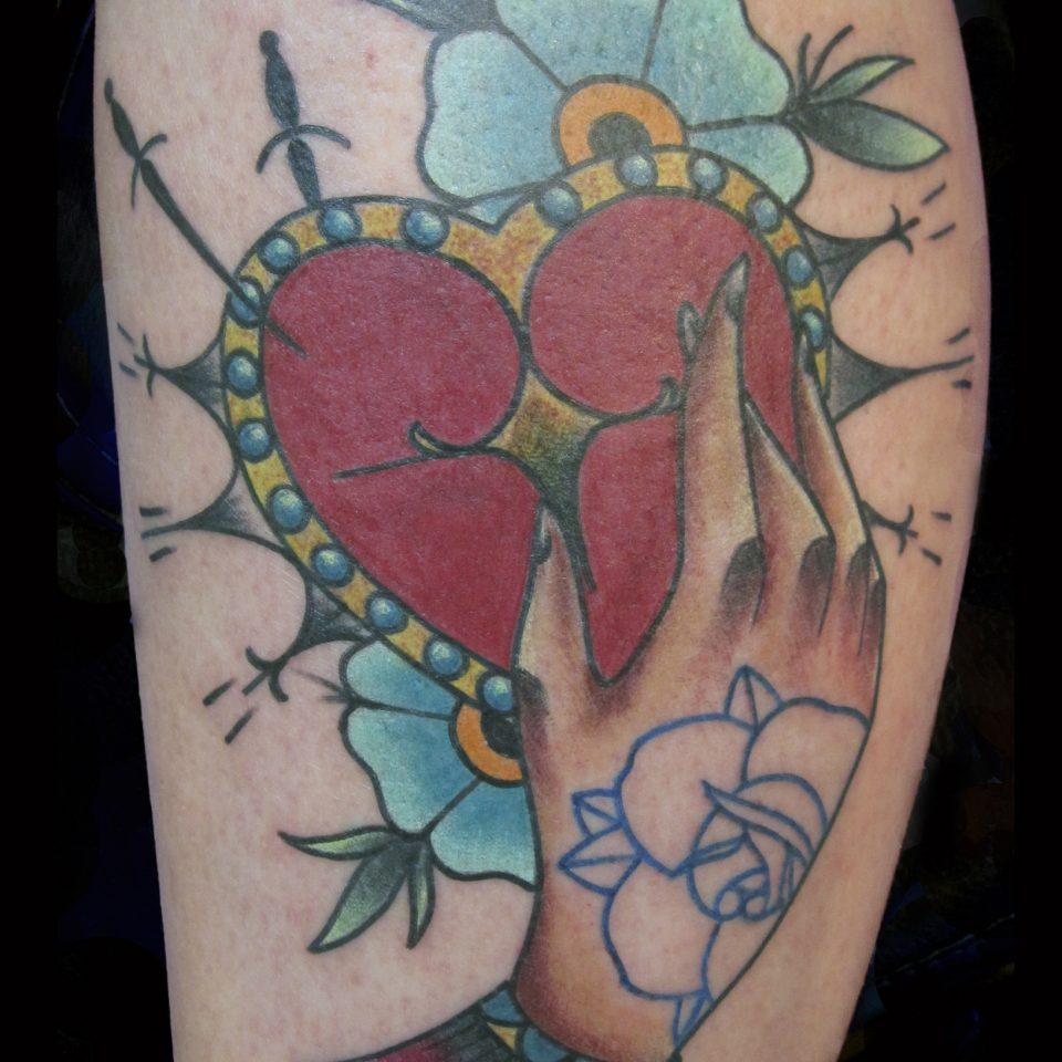 Tattoo corazón en la mano a color