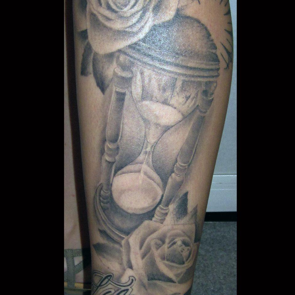 Tattoo reloj de arena en blanco y negro