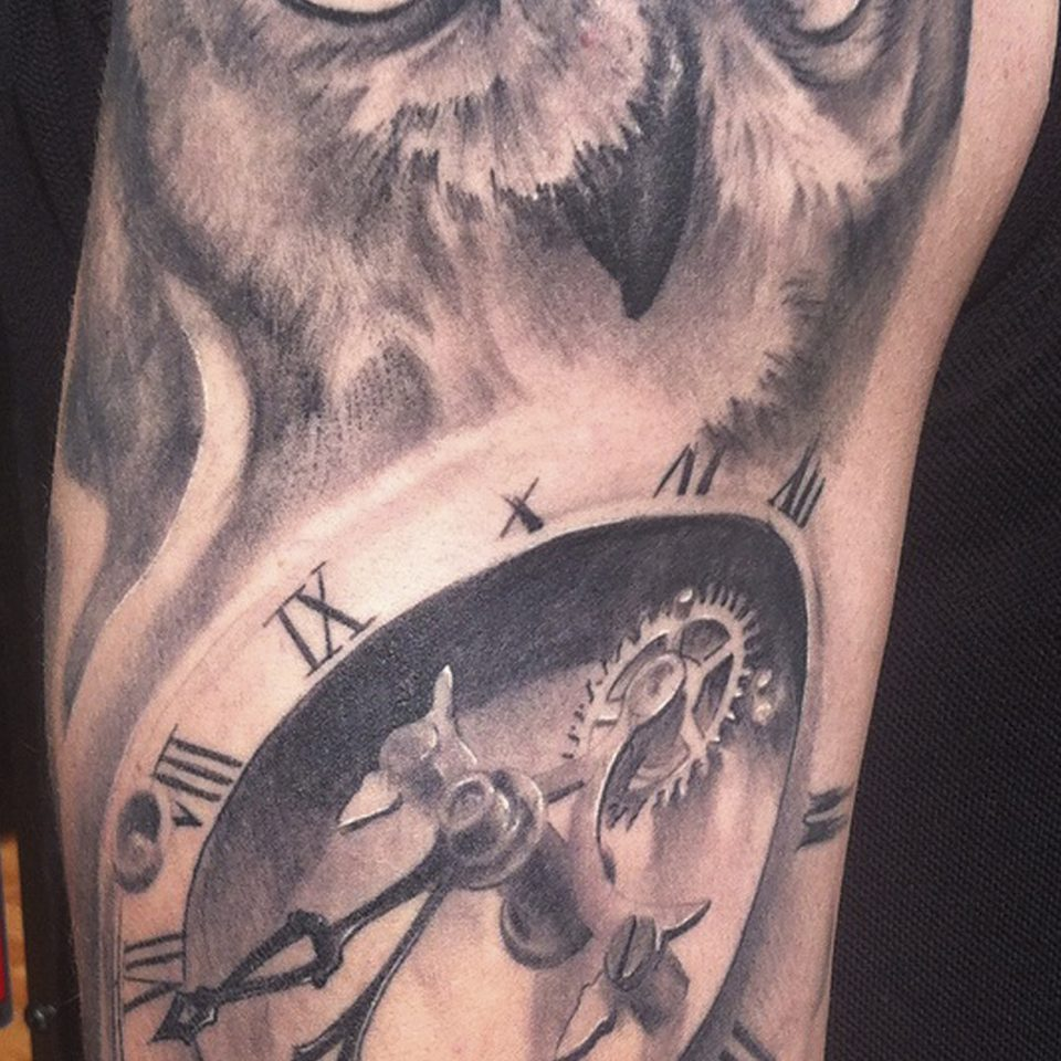Tattoo buho y reloj realismo en blanco y negro