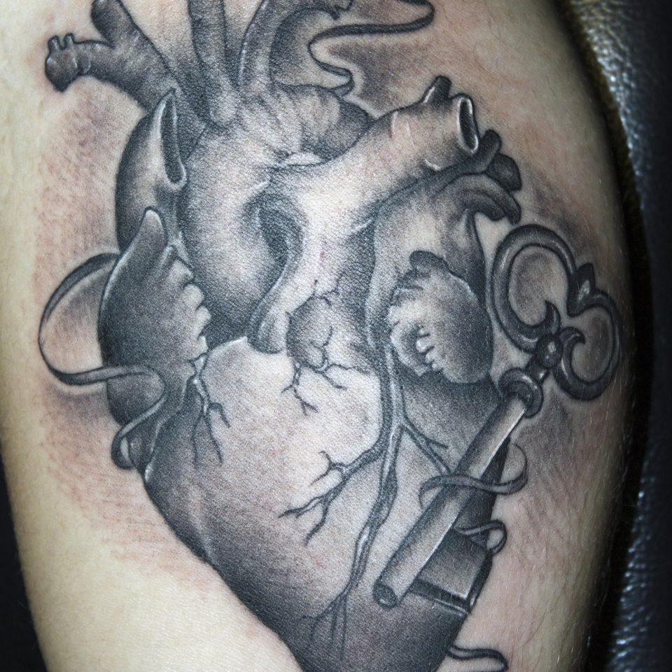 Tattoo corazón realista en blanco y negro