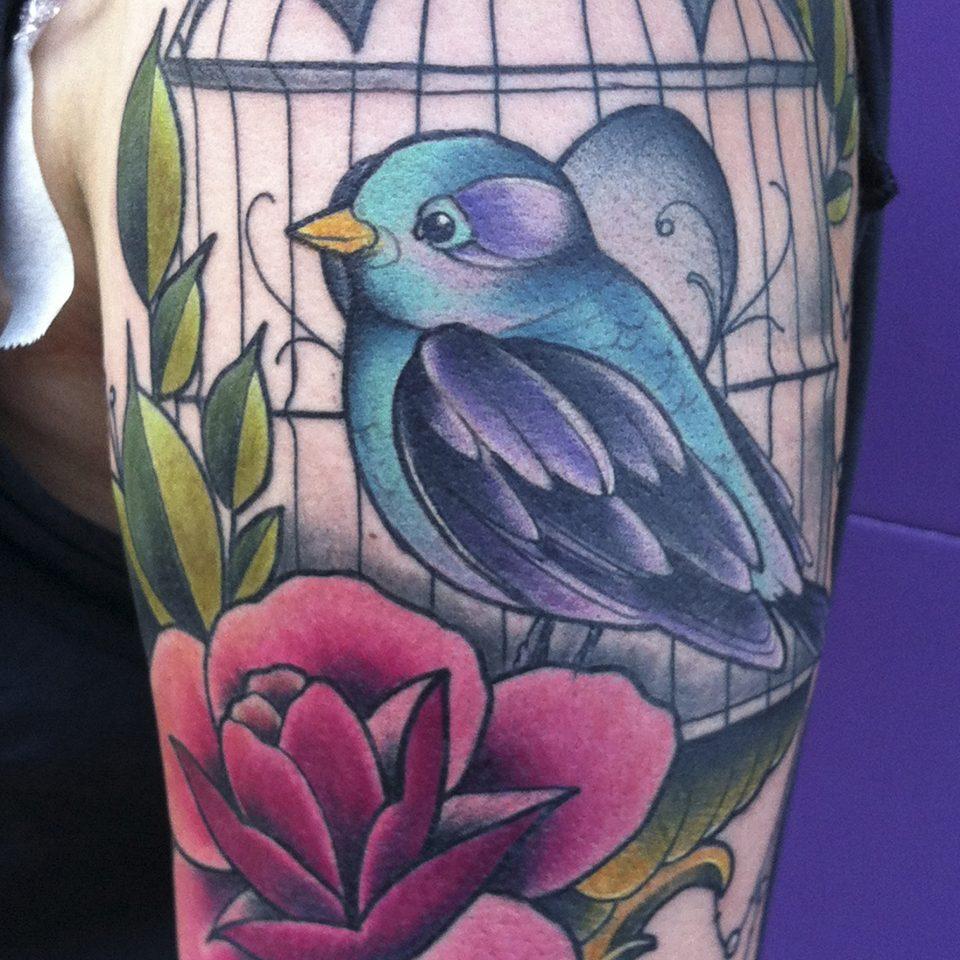Tattoo jaula y pájaro neo tradicional en color