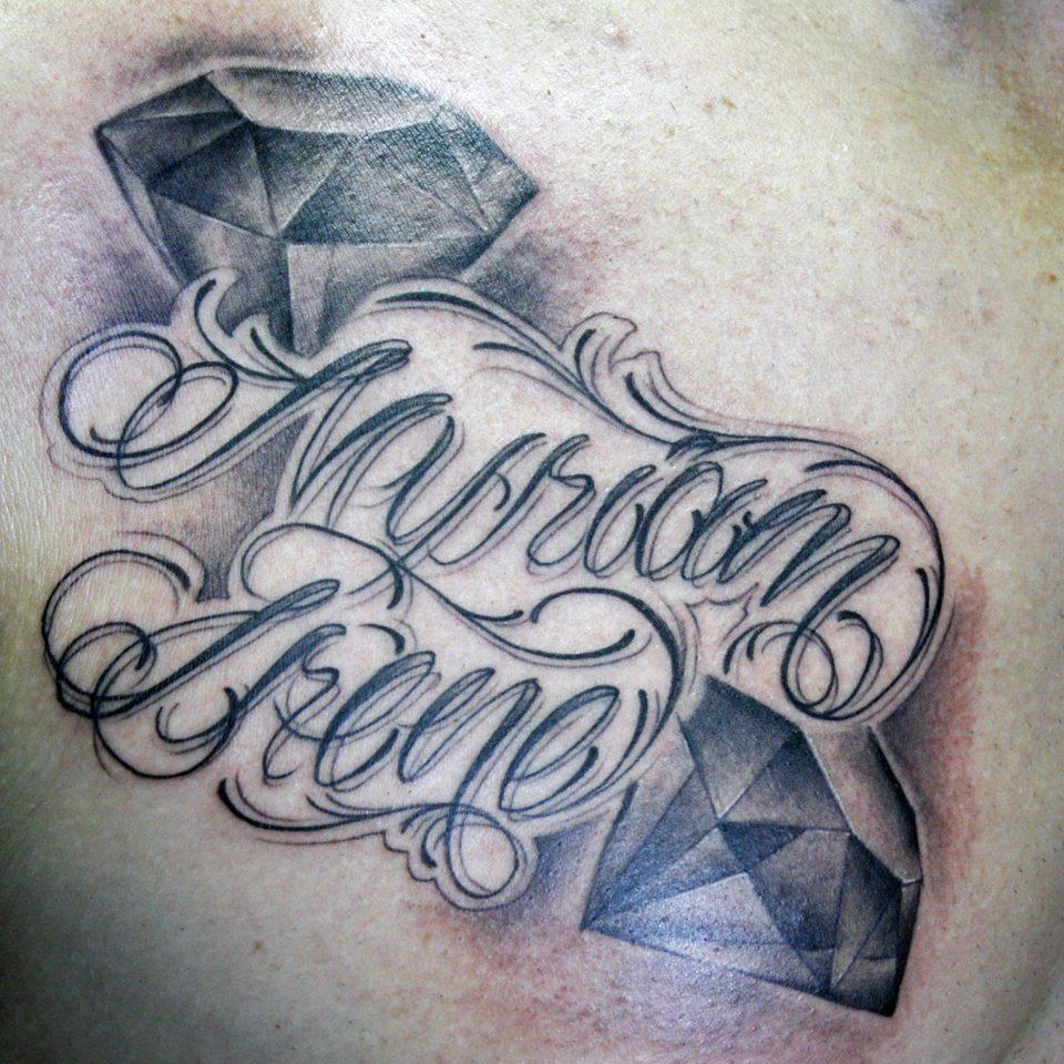 Tattoo letras nombres diamante en blanco y negro