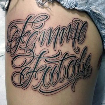 Tattoo lettering Femme Fatale en blanco y negro