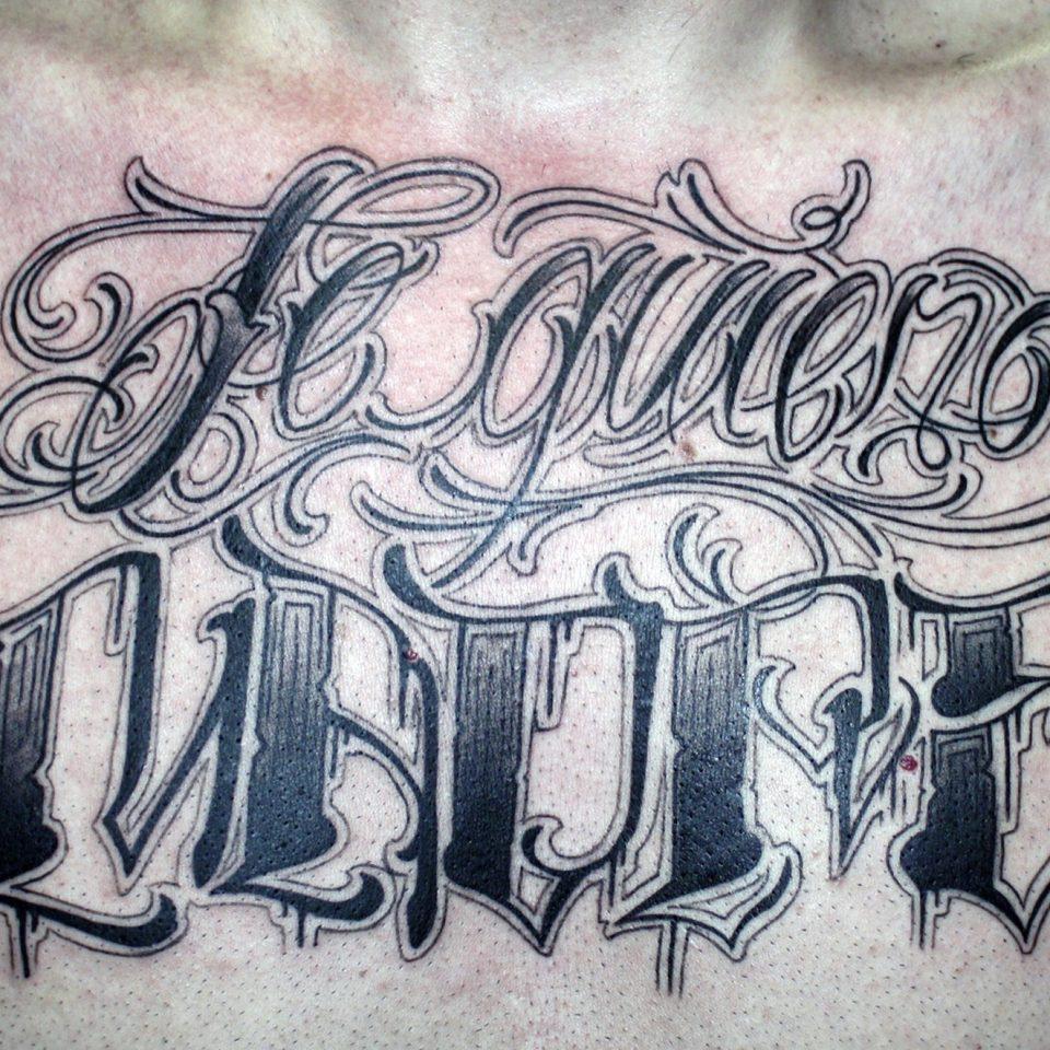 Tattoo lettering en el pecho en blanco y negro