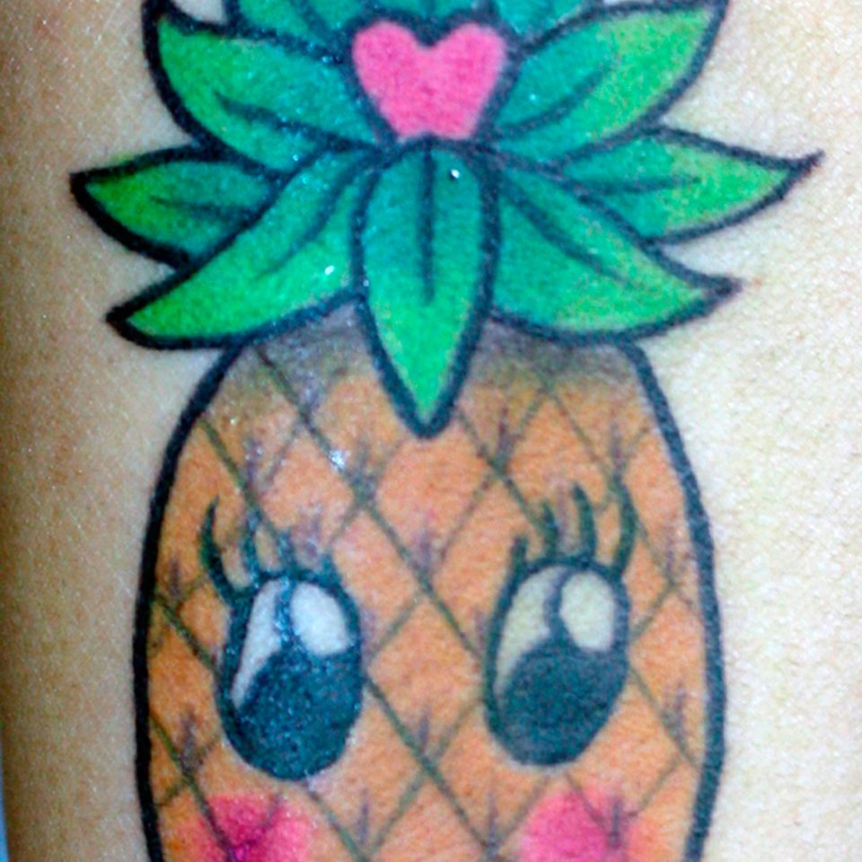 Tattoo piña kawaii color por Tania Cristino