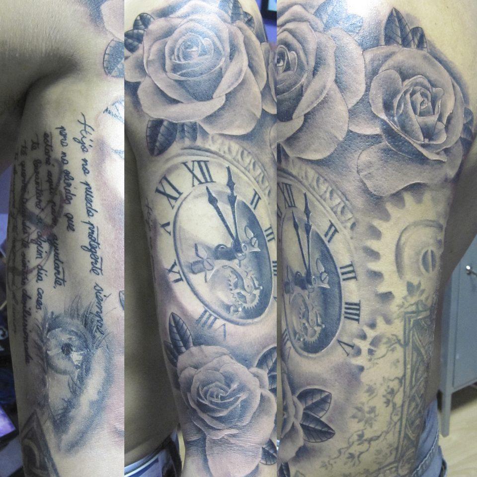 Tattoo realista reloj en blanco y negro