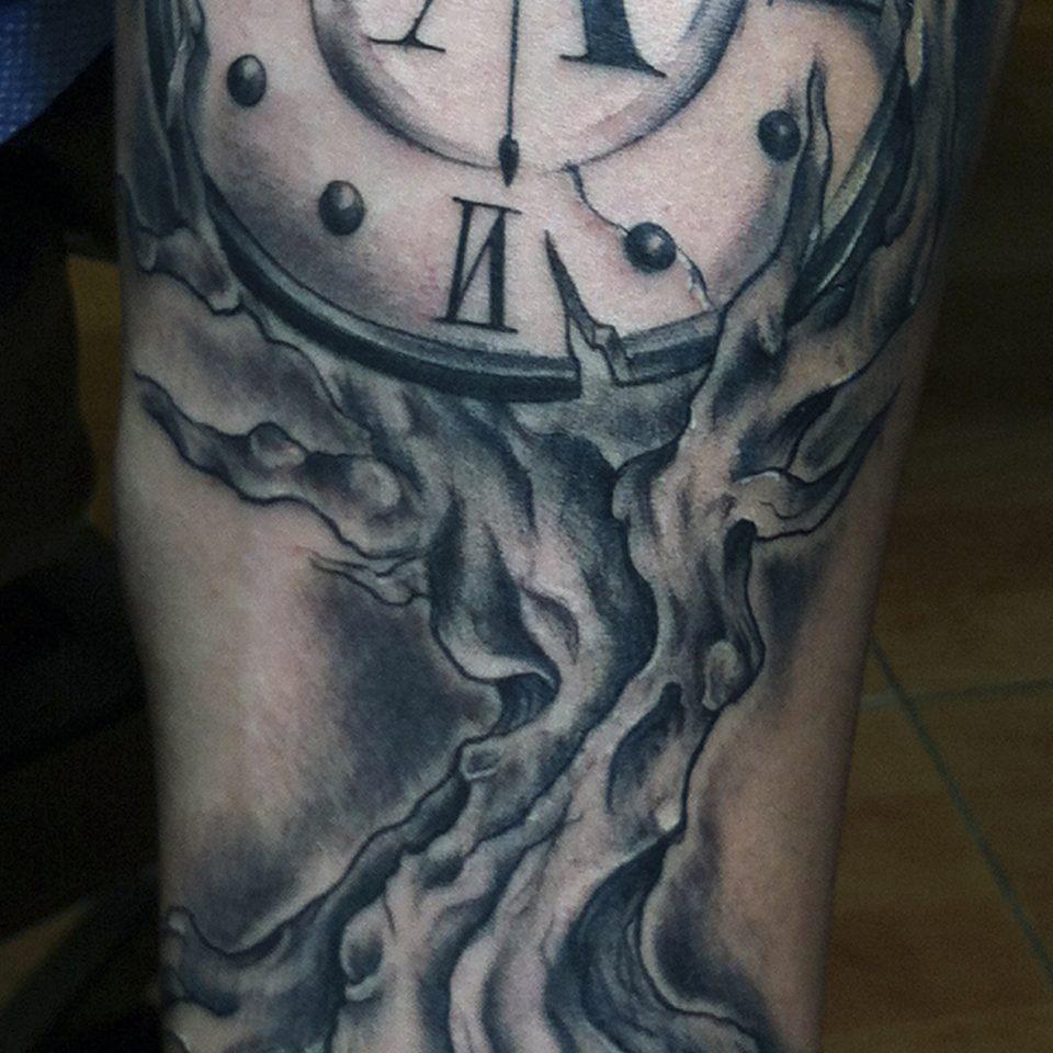 Tattoo reloj y árbol realista