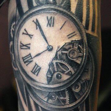 Tattoo reloj y números romanos realismo